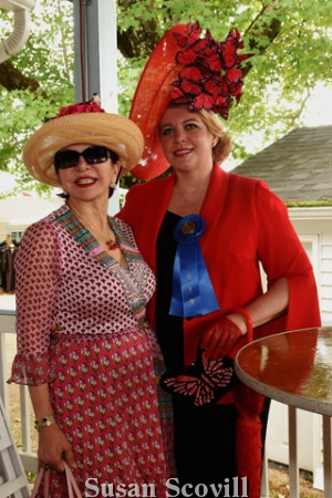 10. Gordana Loncar chatted with Kathleen Kenneally who won ''Best Hat to Toe'' award.