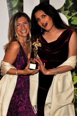 Nicole kagan and friends had fun with the fuux Oscar statue!